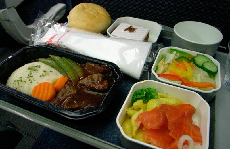 Illustration for article titled Por qué la comida de los aviones nos parece tan mala (no, no son los ingredientes)
