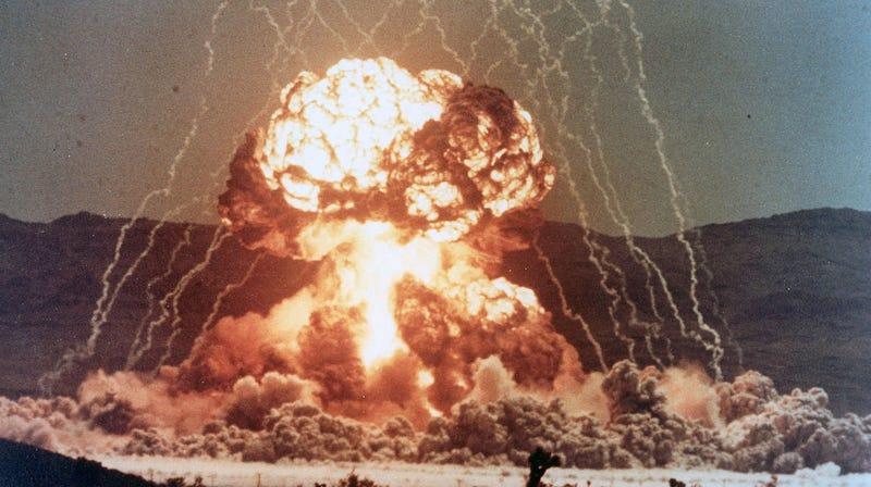 Cómo un físico logró encender un cigarro con la explosión de una bomba nuclear