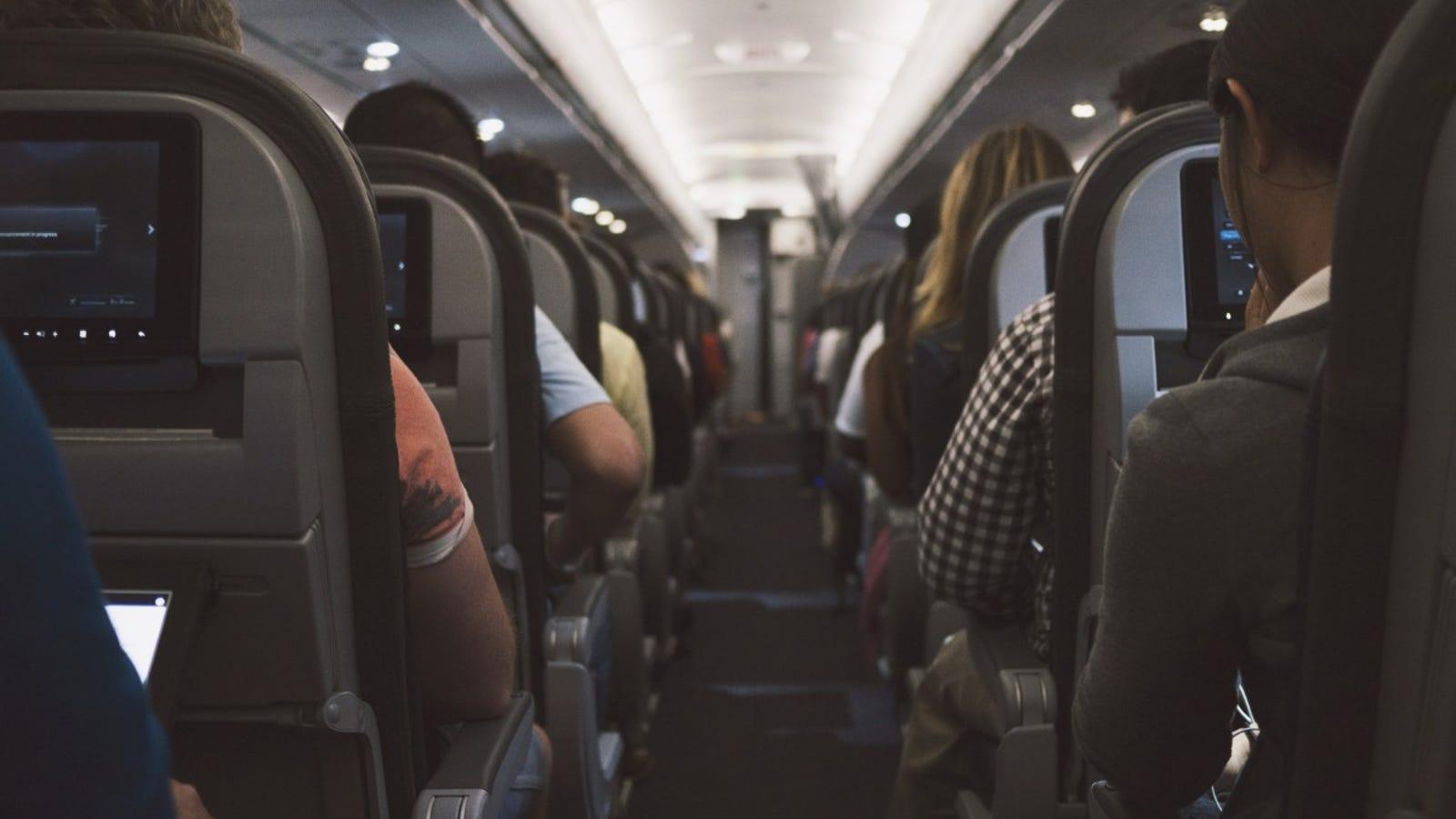 La sorprendente razón por la que los aviones apagan las luces durante el despegue y el aterrizaje