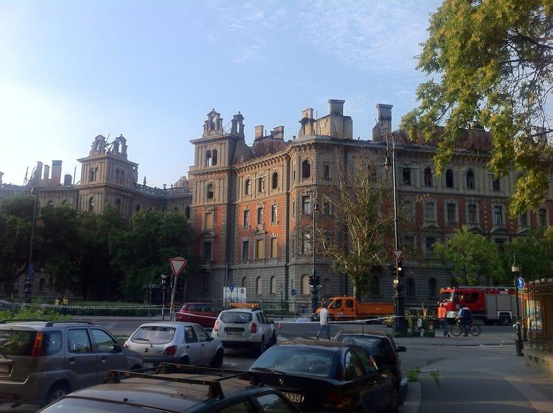 Illustration for article titled Ennyi maradt a leégett palotából az Andrássy úton