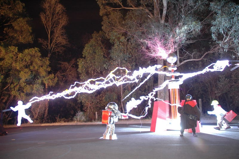 Illustration for article titled Awesome Red Alert Tesla Coil Makes Quick Work of Allied Soldiers