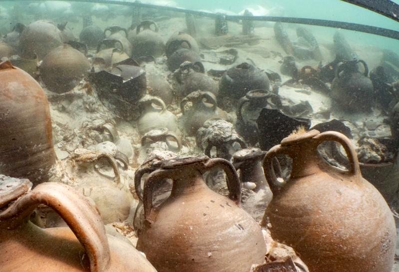 Descubren los restos de un naufragio con decenas de ánforas de garo, la salsa favorita de la antigua roma