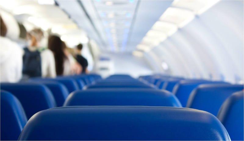 Illustration for article titled Cómo se dispersa un virus al estornudar dentro de un avión