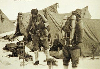 Illustration for article titled Search For a Frozen Camera Could Rewrite History Books On Everest's First Climbers