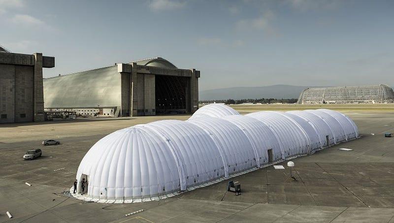 Illustration for article titled Este enorme hangar inflable dará la vuelta al mundo