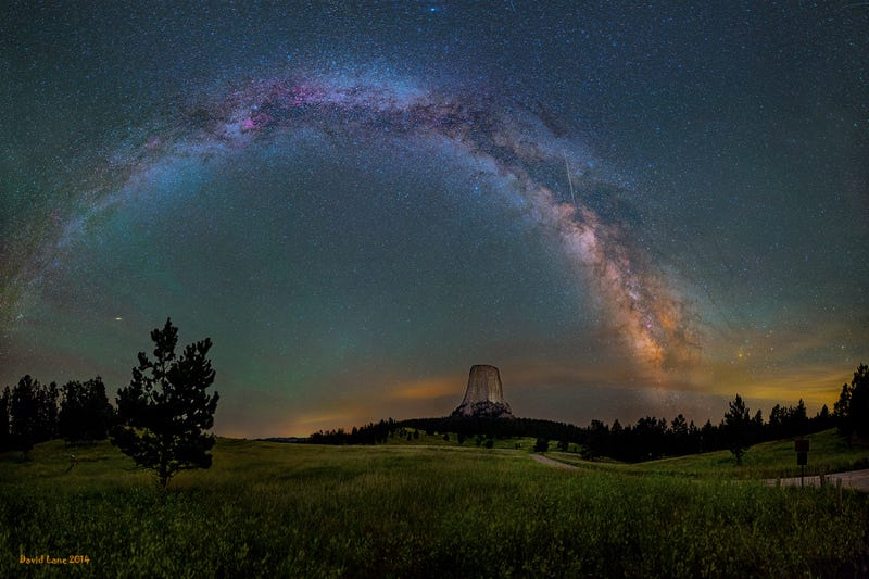 Illustration for article titled The Milky Way arching over Devils Tower