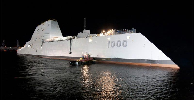 Illustration for article titled El nuevo destructor de la marina de EE.UU. es tan invisible que necesita señalizar su posición