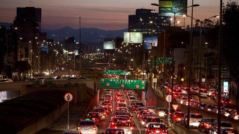 Tráfico en Ciudad de México. Imagen: Rebecca Blackwell / AP