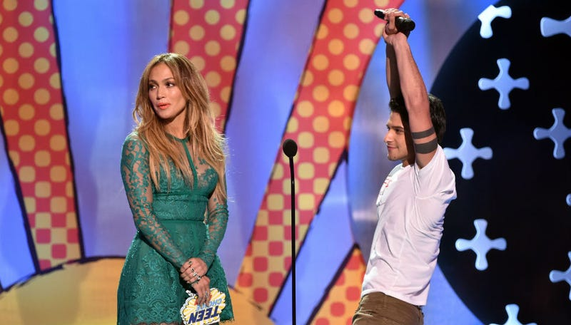 Illustration for article titled J-Lo Needs Your Help Captioning This Teen Choice Awards Pic