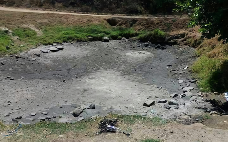 Una de las lagunas termales, completamente seca tras el sismo. (Imagen vía: Facebook)