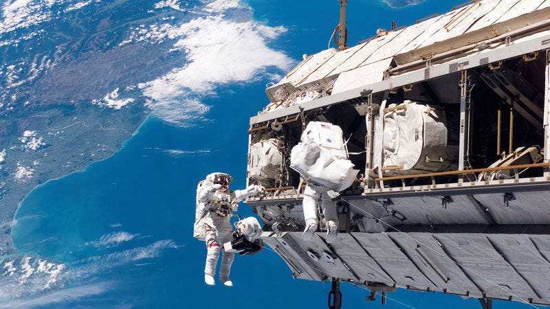 Imagen: Astronautas afuera de la Estación Espacial Internacional / vía NASA.