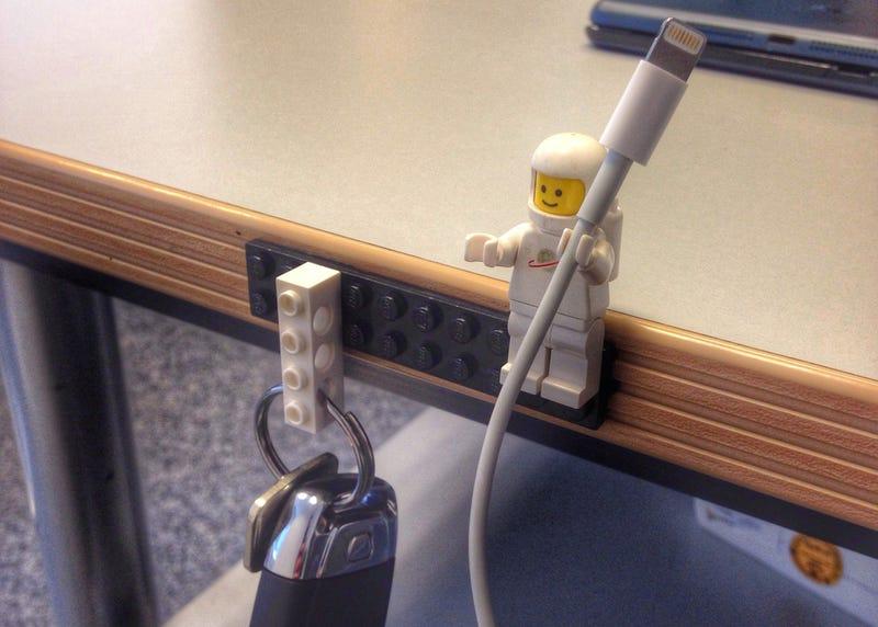 Illustration for article titled La mejor idea para sujetar los cables de tus equipos: figuras de Lego