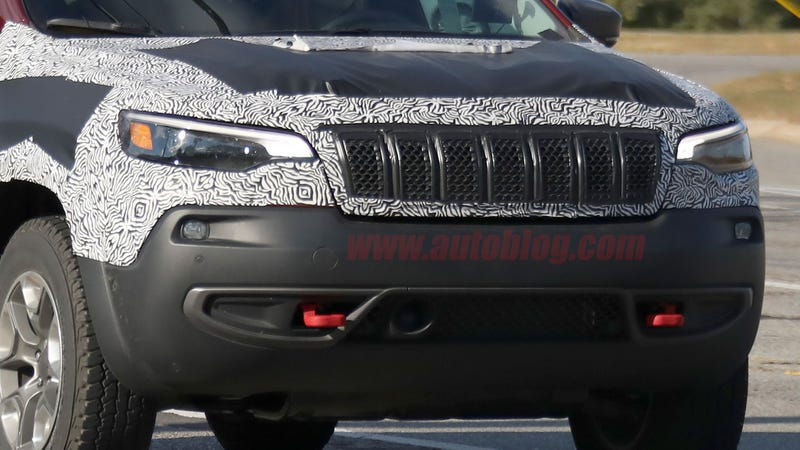 Illustration for article titled Autoblog has pics of a less-camouflaged, de-stupefied 2019 Jeep Cherokee