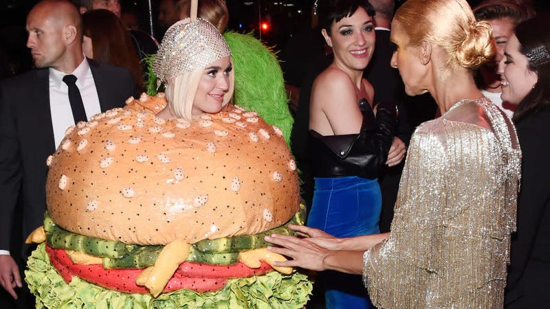 Illustration for article titled Celebrate the height of fashion by watching Katy Perry become a hamburger in front of J.Lo