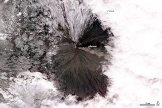 Illustration for article titled Russian volcano Klyuchevskaya continues to spew fire onto its icy slopes