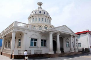 Illustration for article titled This Chinese Public Toilet Looks Like the U.S. Capitol Building