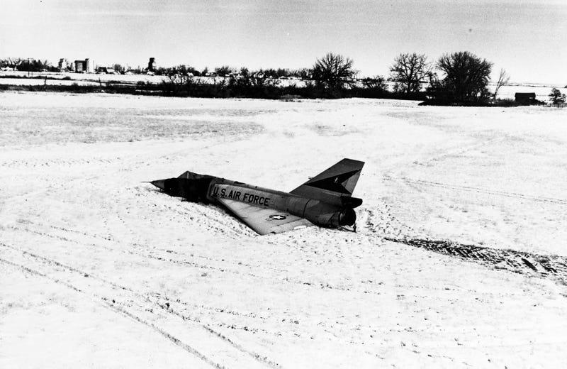 El día que un caza sin piloto aterrizó suavemente en el campo de un granjero