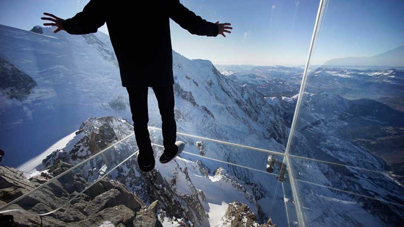 Este mirador de cristal te deja flotar a 3.800 metros sobre los Alpes