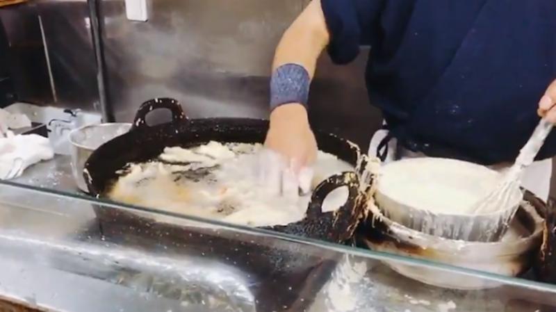 Illustration for article titled Este maestro japonés cocina sumergiendo los dedos en aceite hirviendo sin quemarse