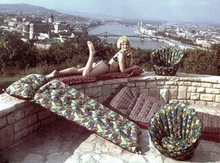 Illustration for article titled Mi az a felfújható izé a bikinis bige mellett a Citadellán?