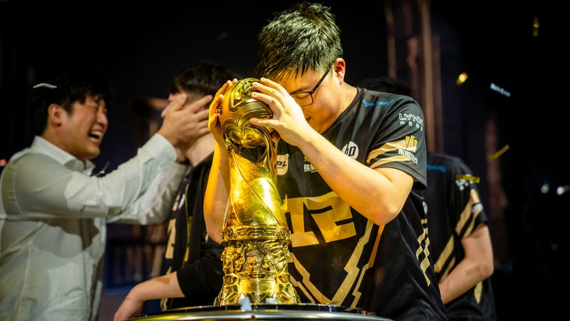 Illustration for article titled Uzi Gets His Trophy In Midseason League of Legends Finals