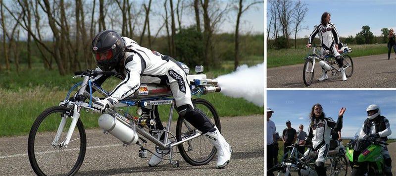Illustration for article titled Récord de velocidad sobre una bicicleta-cohete: 333 km/h