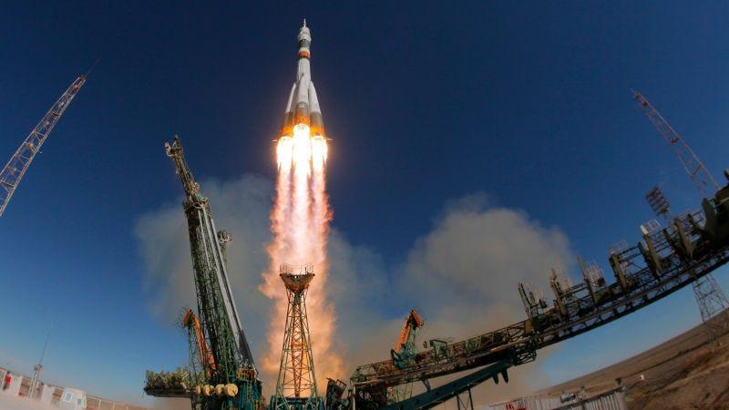 El cohete Soyuz con el astronauta estadounidense Nick Hague y el cosmonauta ruso Aleksey Ovchinin.