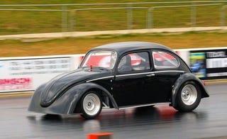 Illustration for article titled Electric Beetle Spanks Tesla Roadster In Drag Race