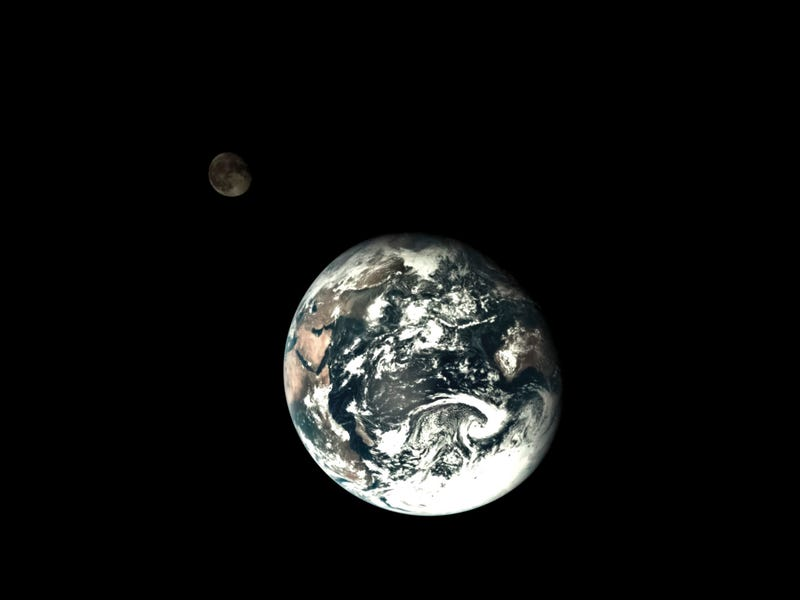 Illustration for article titled A cool image of the Moon orbiting Earth taken from outer space