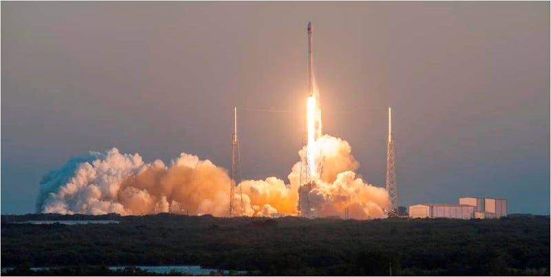 Illustration for article titled El mal tiempo impide el aterrizaje del cohete Falcon 9 sobre una barcaza