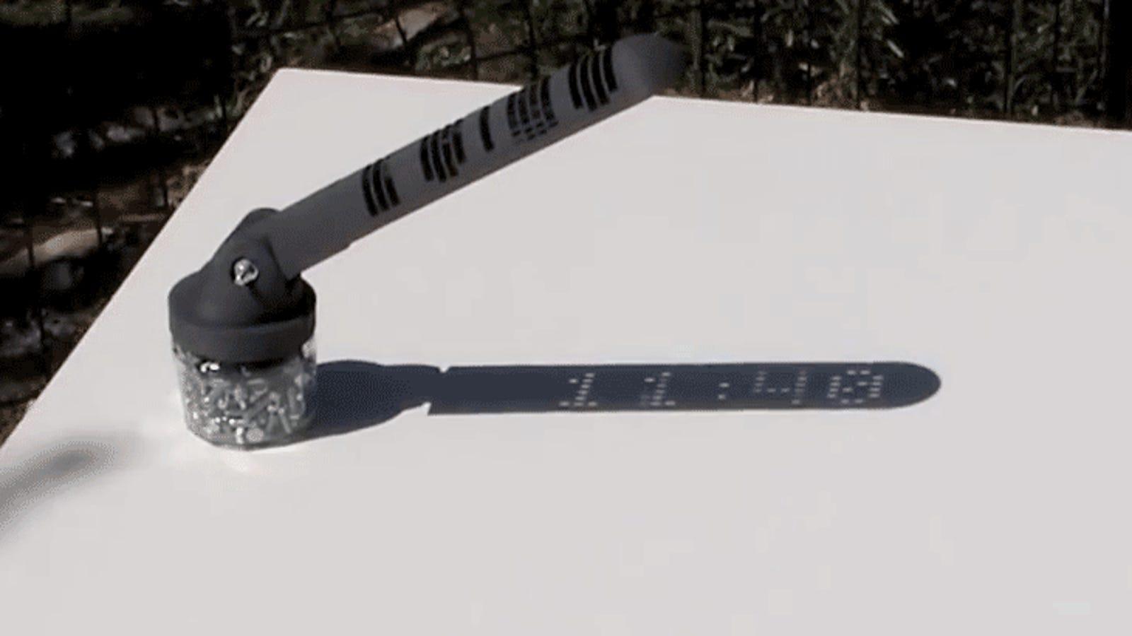 Este fascinante reloj de sol muestra la hora en digital, sin trucos ni electrónica