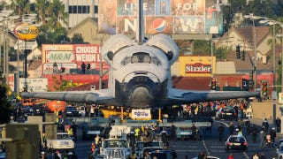 Illustration for article titled Space Shuttle Endeavour takes its final trip through the streets of Los Angeles