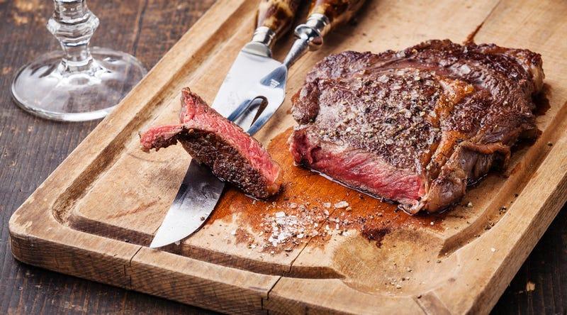 No, los humanos no somos veganos naturales, el consumo de carne nos ayudó a evolucionar