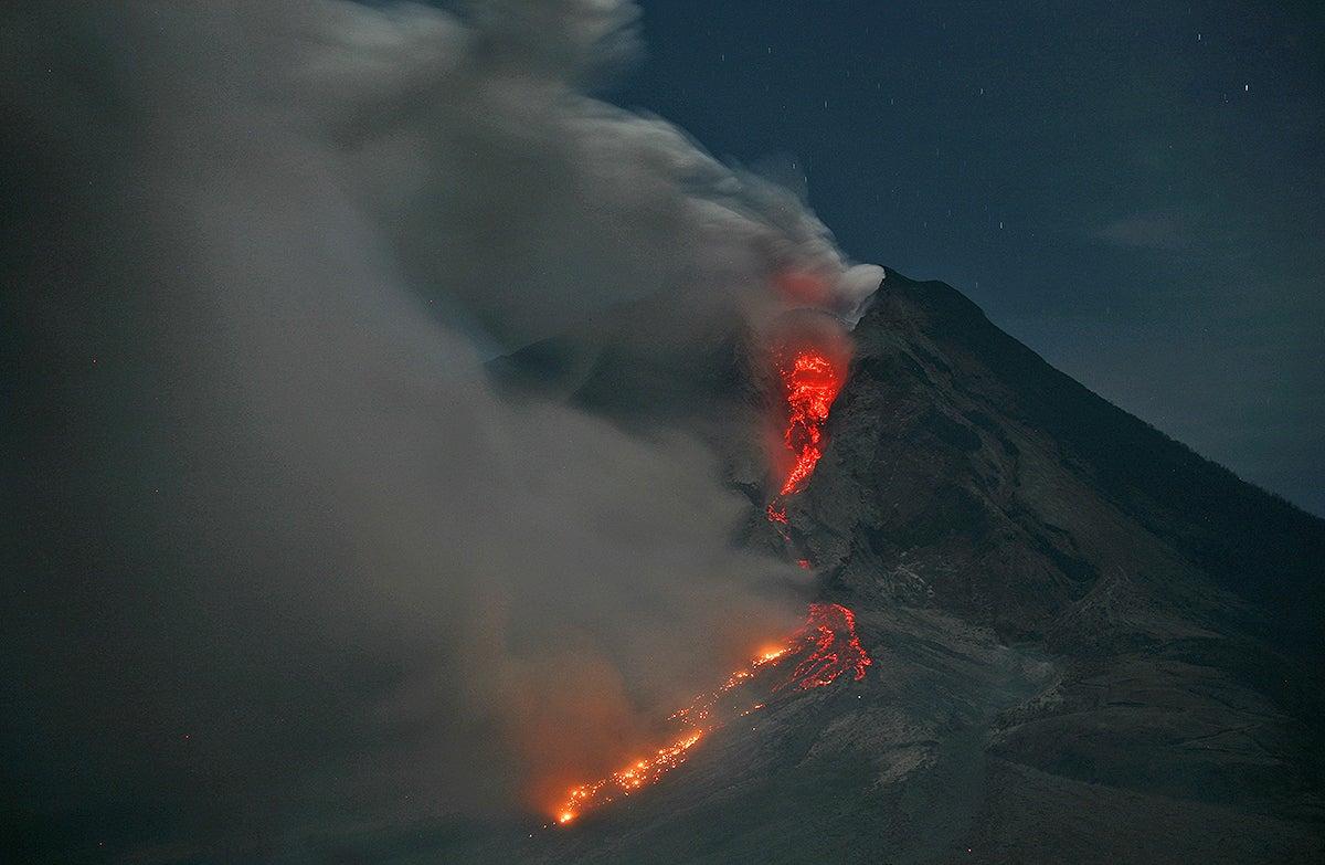 Las impresionantes imágenes del volcán Sinabung en Indonesia
