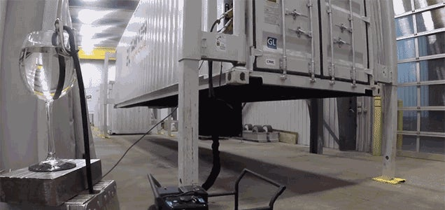 Pop-Out Legs Let These Shipping Containers Lift Themselves Onto Trucks