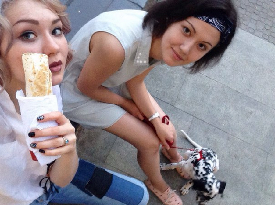 Women In Russia Are Posing With Shawarma, Probably Because Putin