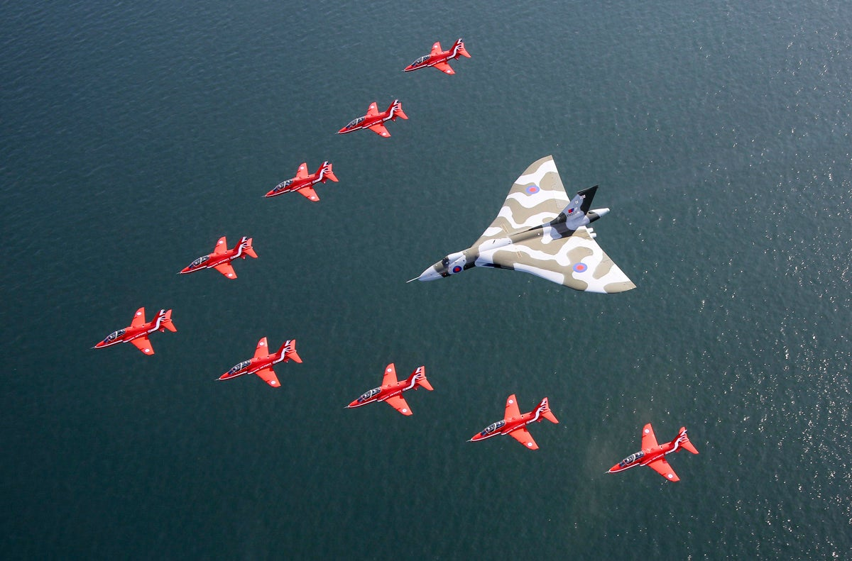 This Dramatic Shadowplay Marked The Last Red Arrows — Vulcan Flypast