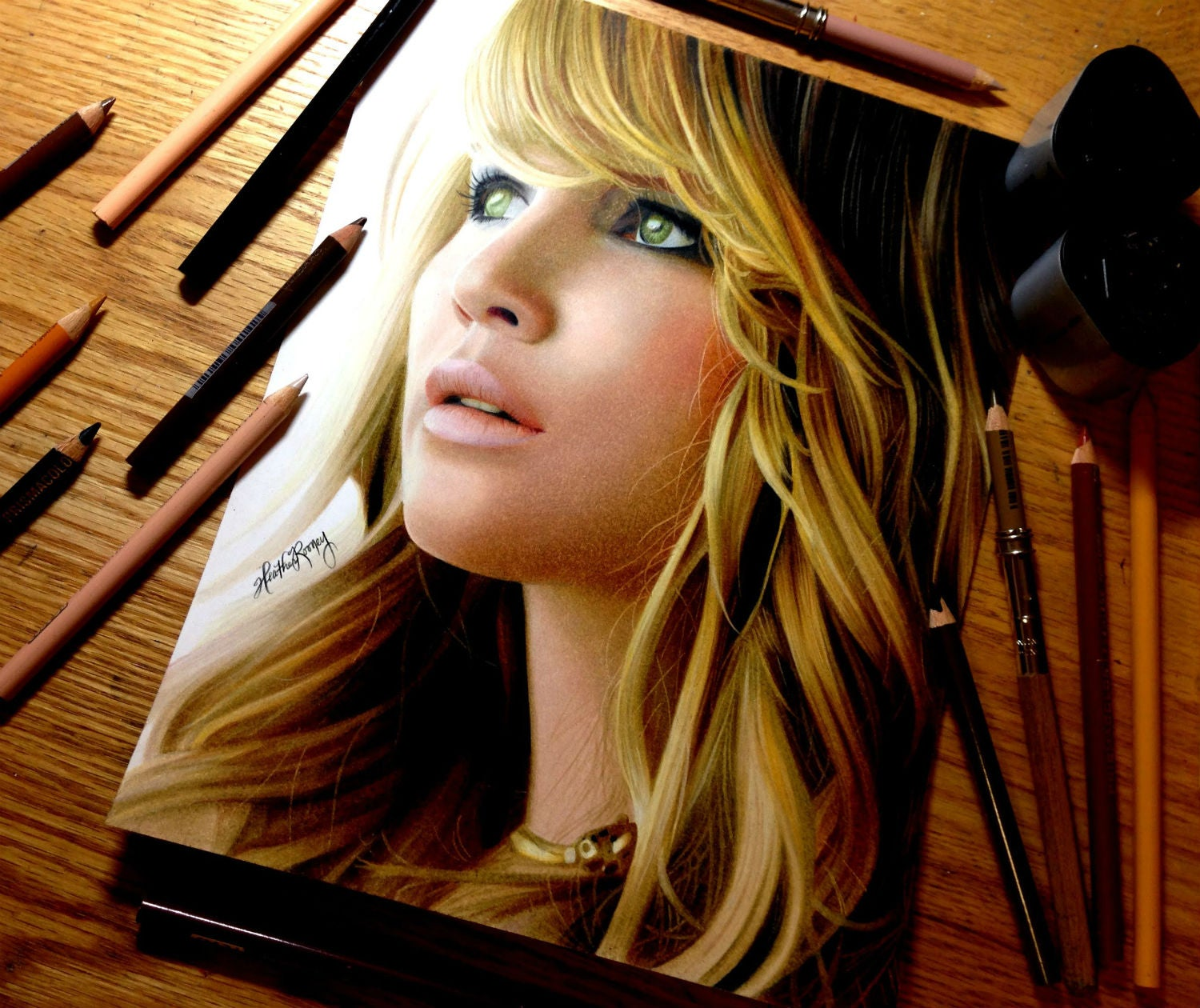 20-year-old makes amazing portraits just using colour pencils