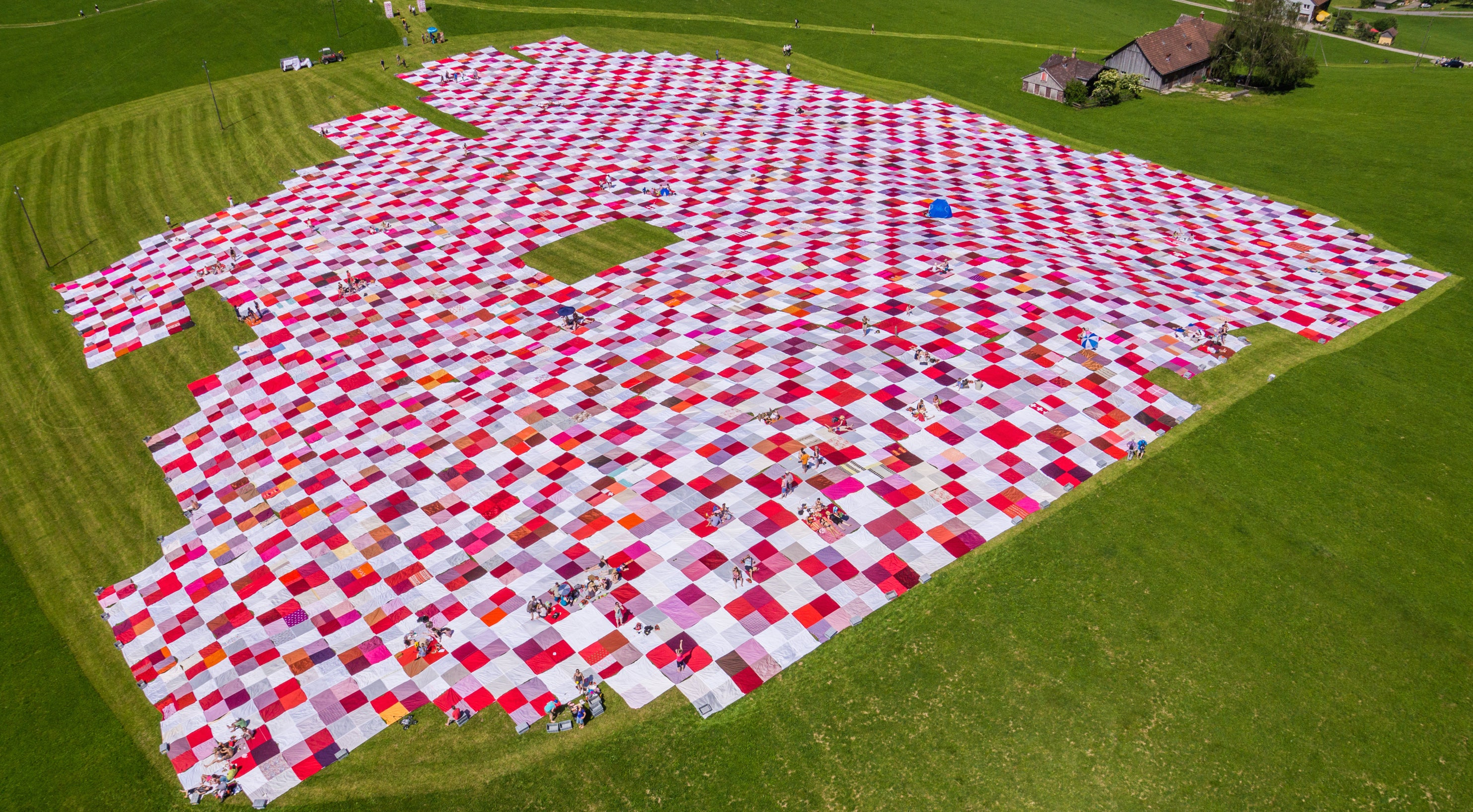 The world 39 s biggest picnic blanket is growing in the swiss for Au maison picnic blanket