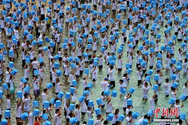 Here's One Thousand People Doing the Ice Bucket Challenge