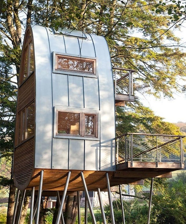 I Want to Spend All Weekend in This Treehouse Perched Over a Pond