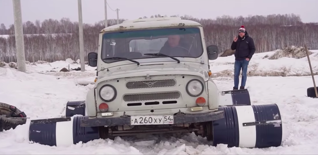 Man Uses Oil Barrels Instead Of Wheels For His UAZ Off-Roader And It Doesn't Work Out At All