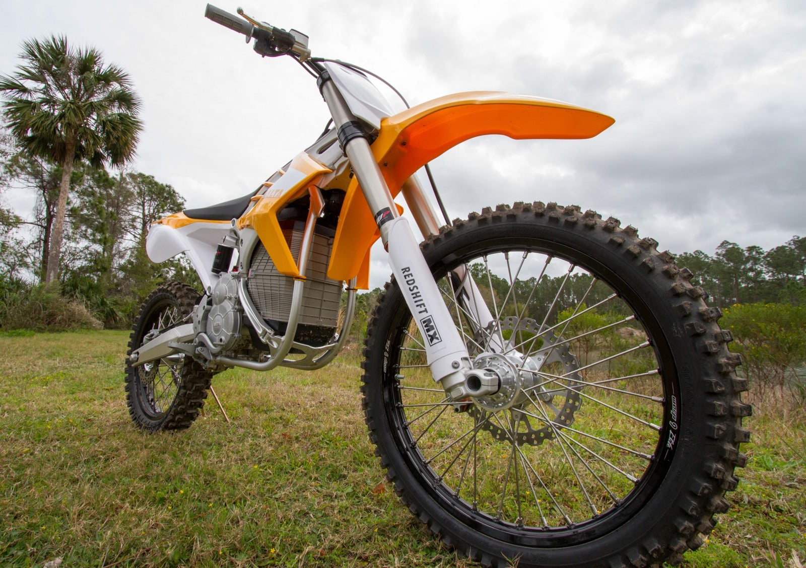 this motorcycle sold me on electric dirt bikes gizmodo. Black Bedroom Furniture Sets. Home Design Ideas