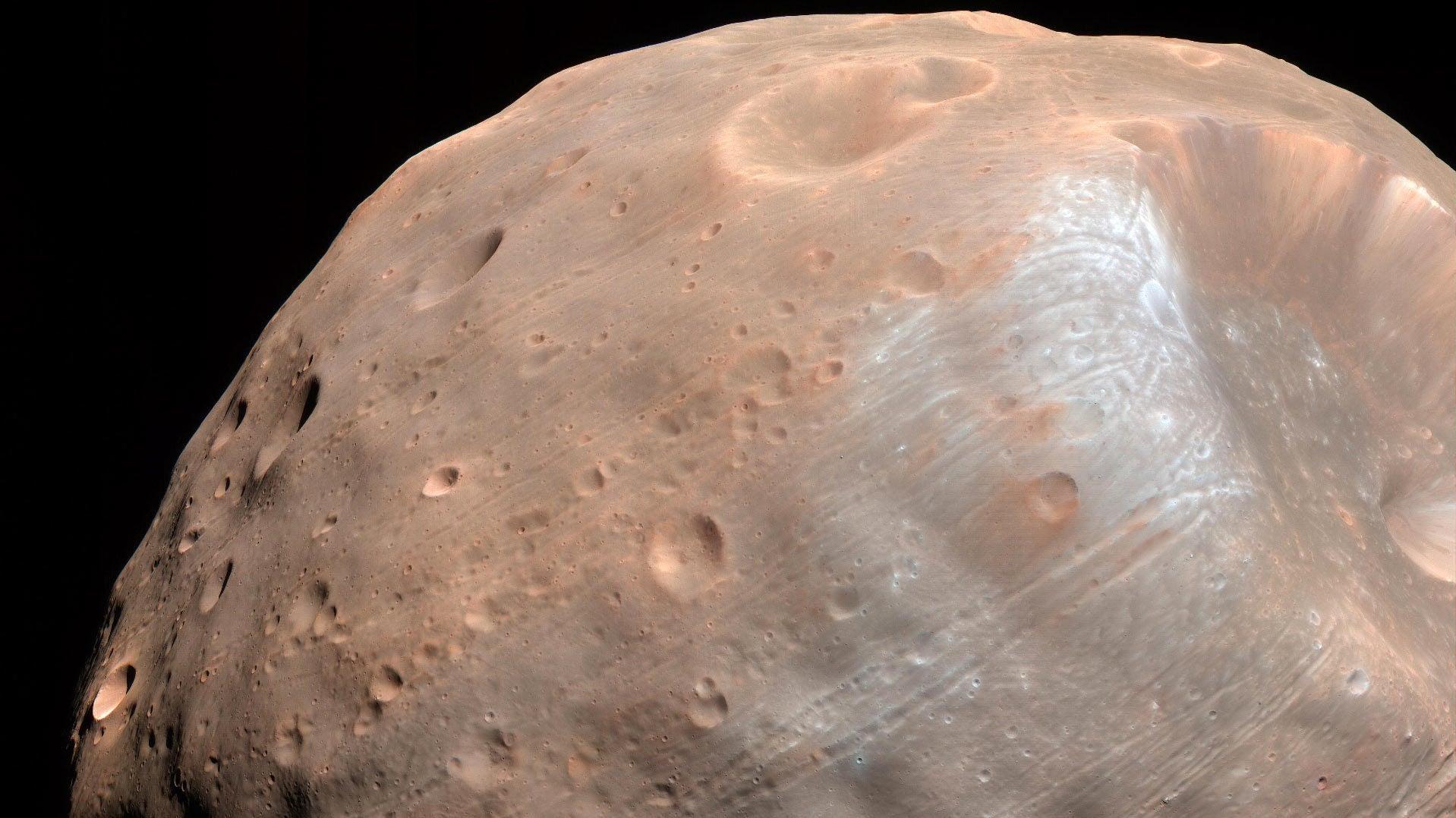 Bouncing Boulders May Finally Explain How Mars' Ugliest Moon Got Its Stripes