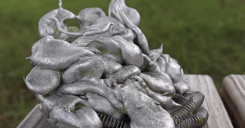 What happens when you pour molten aluminium into a lava lamp