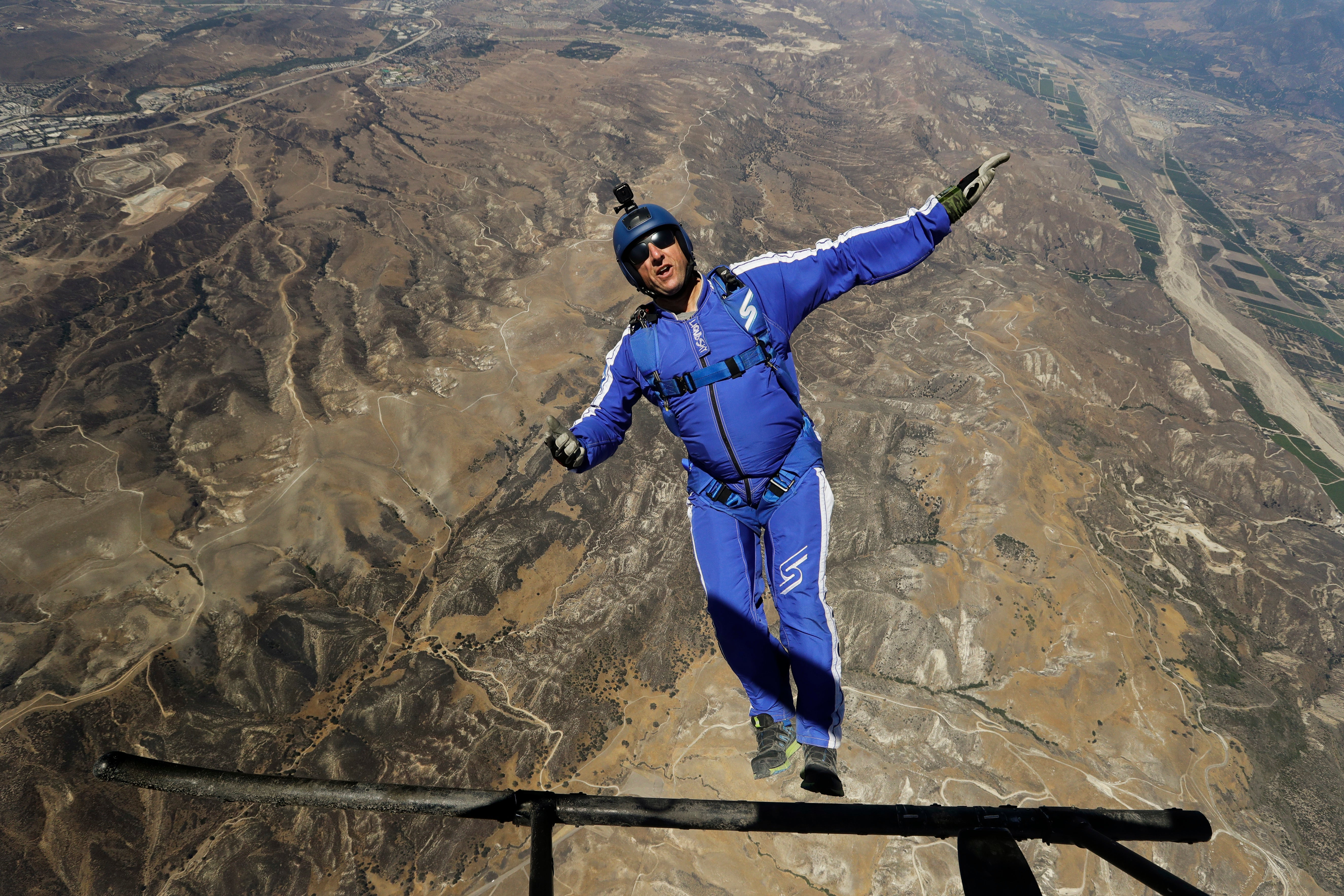 This Man Fell 7,620.00m Without a Parachute And This Is How He Did It