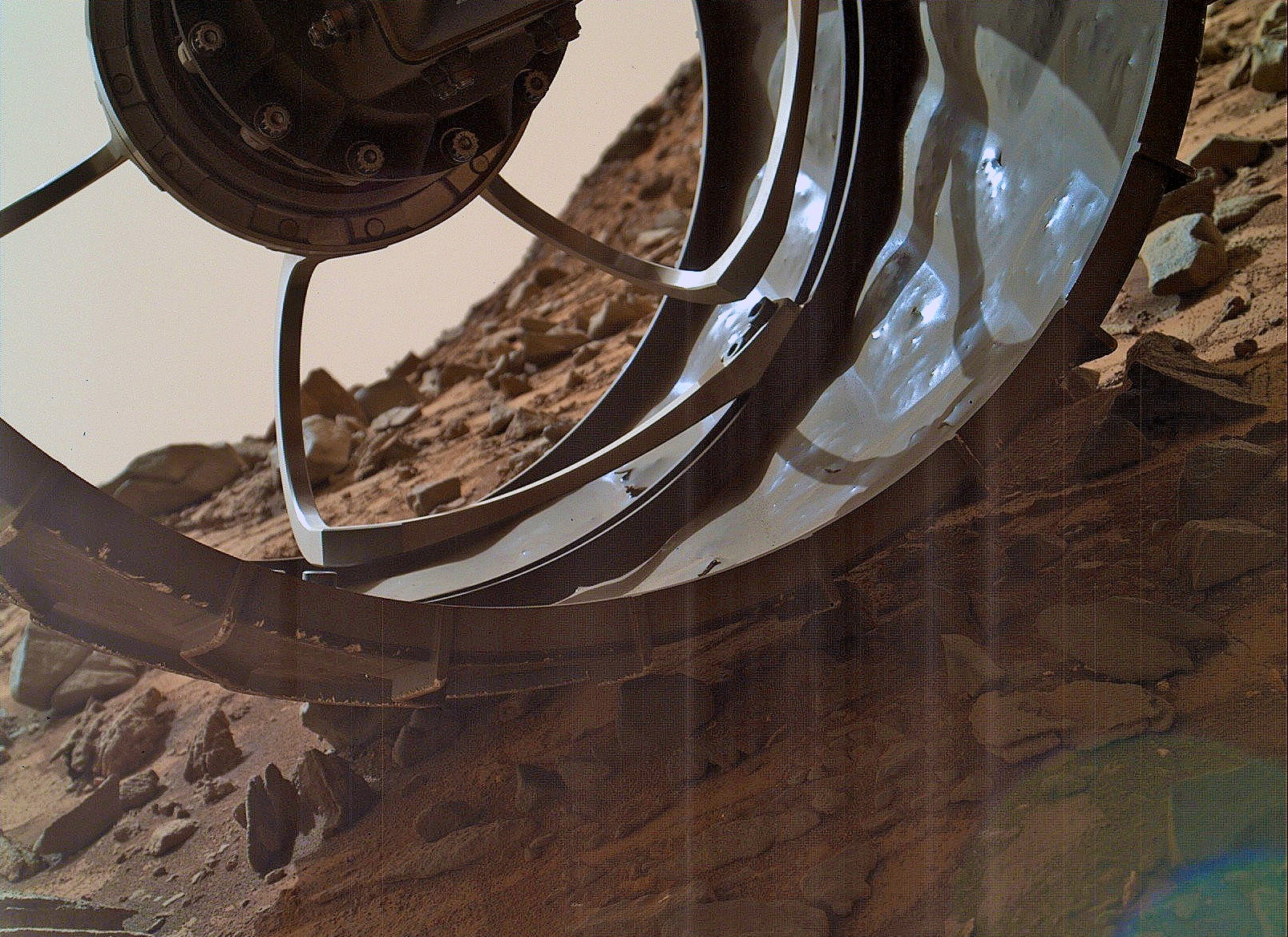Curiosity snaps cool closeup photo of its damaged tire