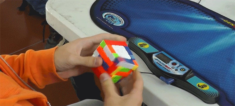 Guy Breaks the 5x5 Rubik's Cube Record Without Breaking a Sweat