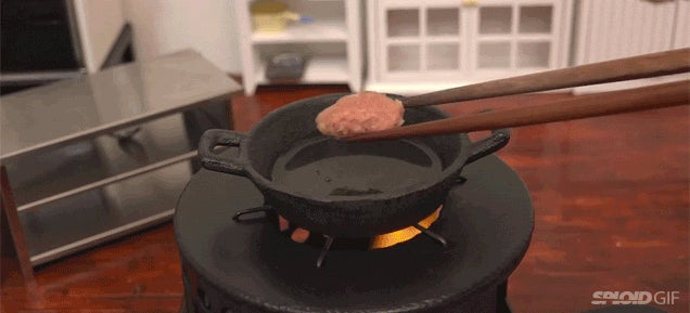 Video: Chef makes wonderfully miniature burgers in a super tiny kitchen