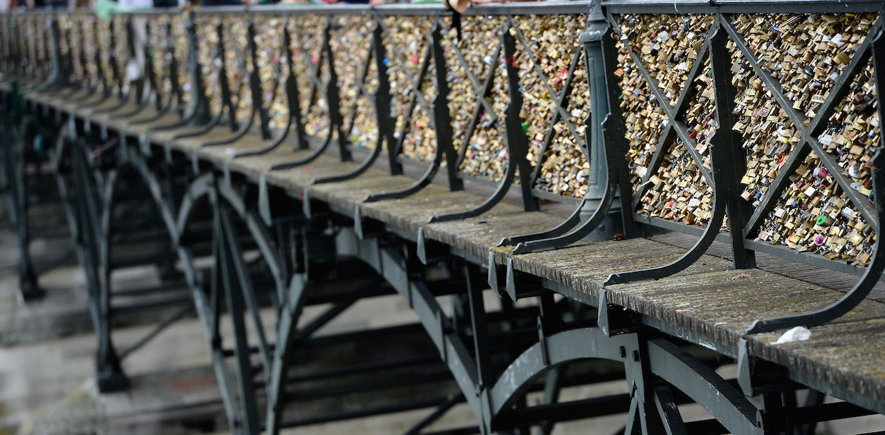 No, A Paris Bridge Did Not Collapse Under the Weight of Its Love Locks